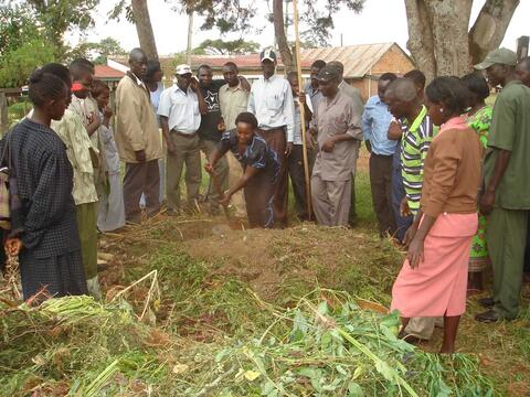Farmers prepare compost at a training at the Manor House Agricultural Center in Kenya. Copyright: MHAC
